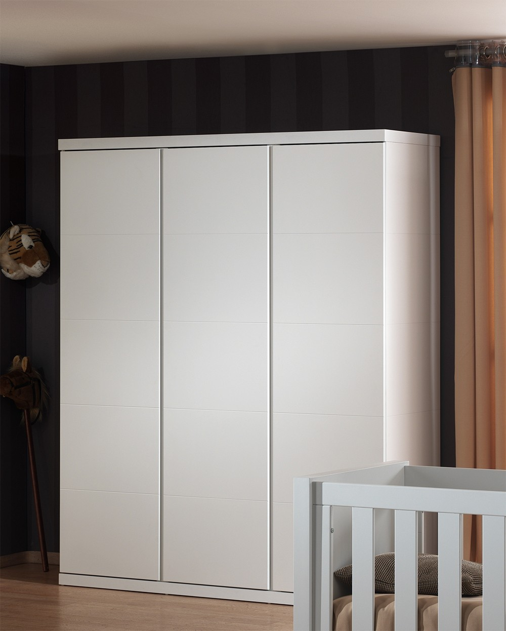 armoire enfant design portes lorene coloris blanc with armoire design blanche. Black Bedroom Furniture Sets. Home Design Ideas
